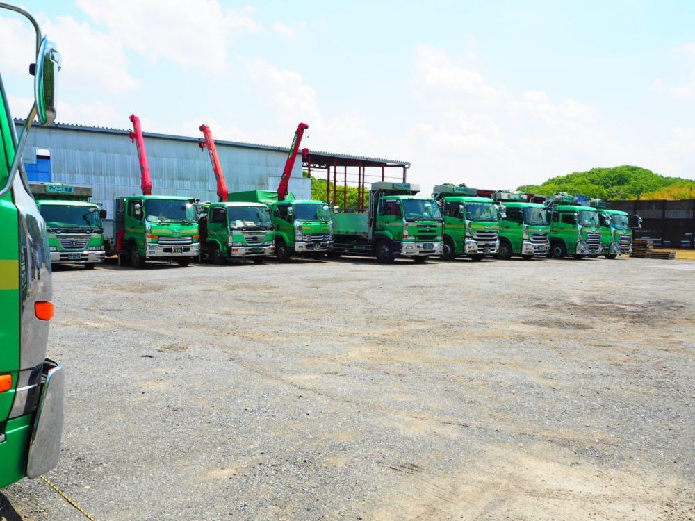 整列するトラック遠景4