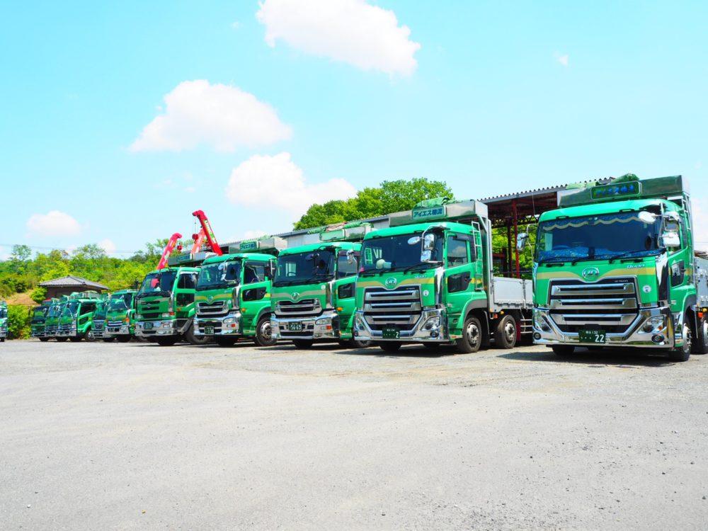 整列するトラック遠景1