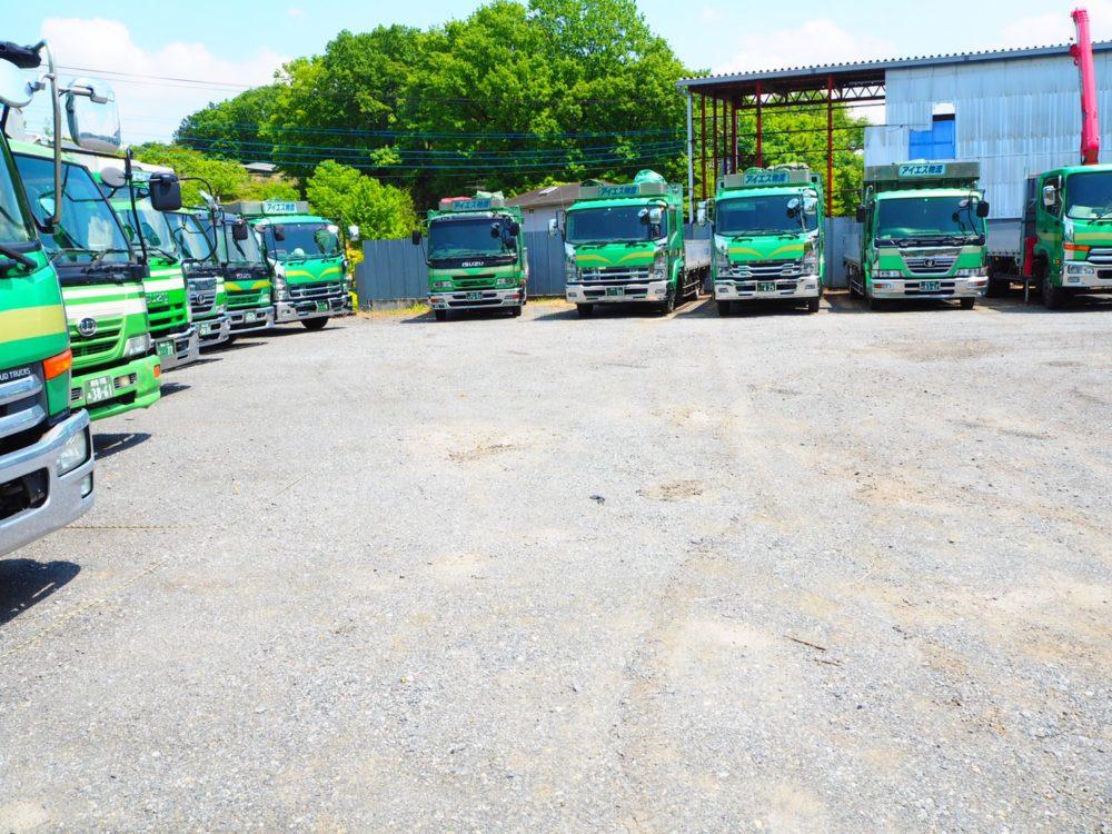 整列するトラック遠景3