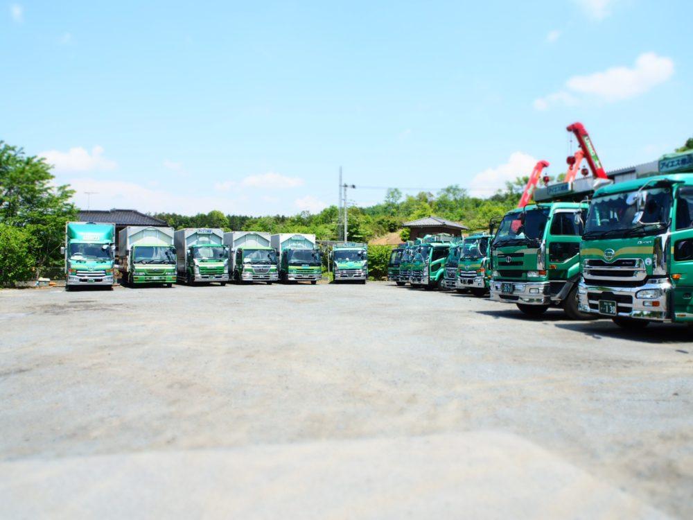 整列するトラック遠景2